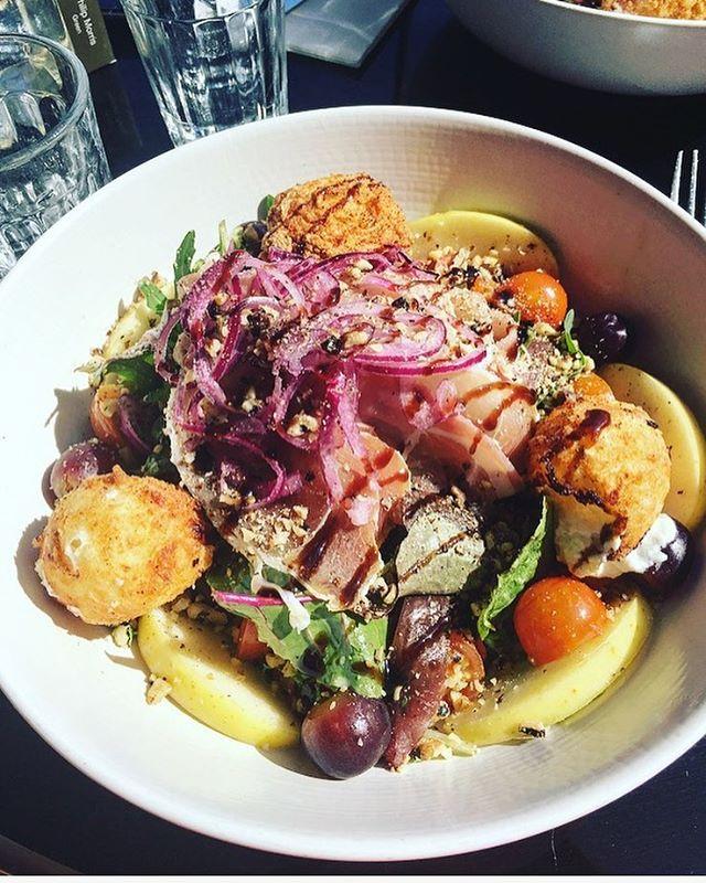 Délicieuse salade au jambon cru, figues, chèvre, pommes, noix et raisin ! #healthy #restaurant #terrasse #sopi #blanche #parisjetaime #parisienne #work #salade #foodporn #cheese #instagood #tgifriday #tgif #instalike #instafood #paris #parismonamour parisien yum yummy