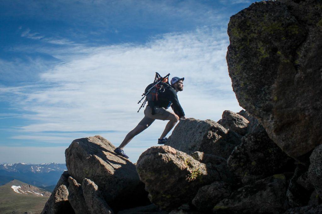Une image contenant extérieur, roche, montagne, homme  Description générée automatiquement