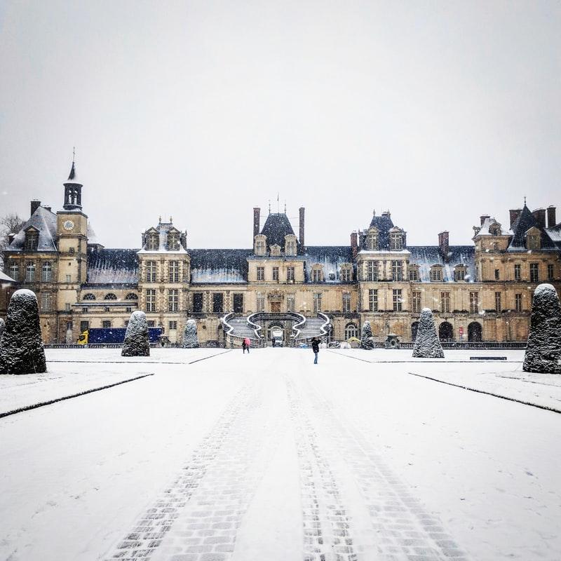 Une image contenant extérieur, neige, homme, équitation  Description générée automatiquement