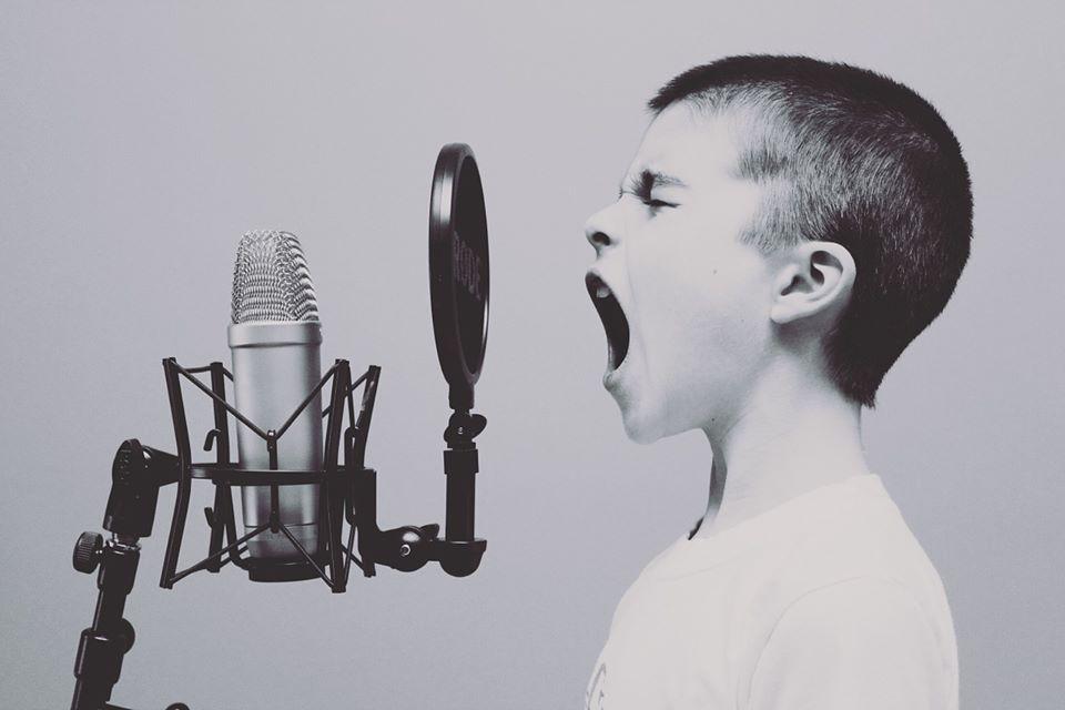 enfant chantant devant un micro