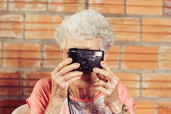 personne senior qui prend des photos